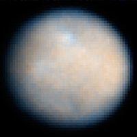 Cérès vue depuis le télescope spatial Hubble (ACS). Les contrastes ont été augmentés afin de révéler les détails de la surface