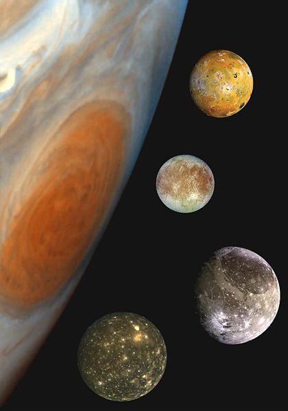 Les quatre lunes galiléennes de Jupiter. De haut en bas : Io, Europe, Ganymède et Callisto.