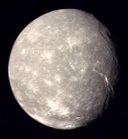 La meilleure image de Titania prise par Voyager 2 (24 janvier 1986, NASA)